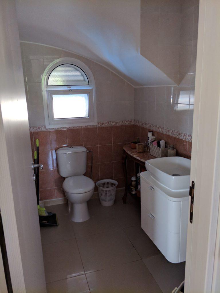 Гостевой туалет на 1 этаже